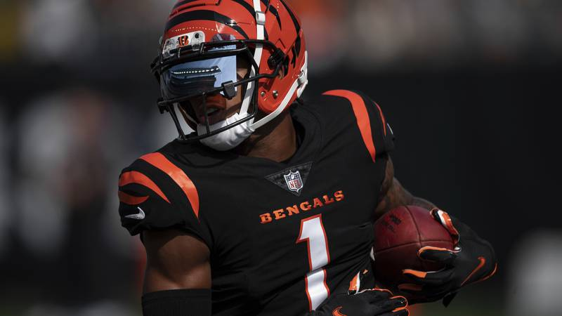 Cincinnati Bengals wide receiver Ja'Marr Chase (1) warms up on the field before an NFL football...