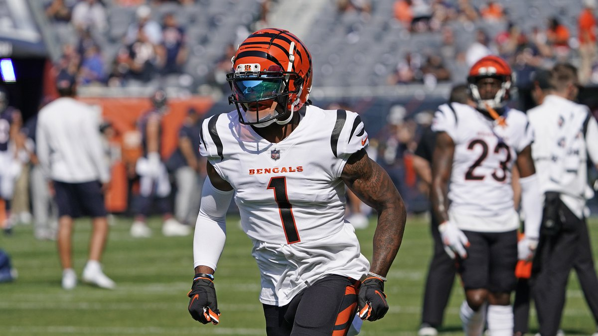 Cincinnati Bengals wide receiver Ja'Marr Chase (1) warms up before the game against the Chicago...